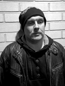 Jura: Aloitti bändissä dokumentaristina ja tuuraavana rumpalina, autoakin ajoi suvereenisti. Luonnollisesti näillä näytöillä löytää itsensä basson varresta.